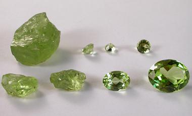 透明而色泽鲜艳,无瑕疵的橄榄石晶体可作为宝石.