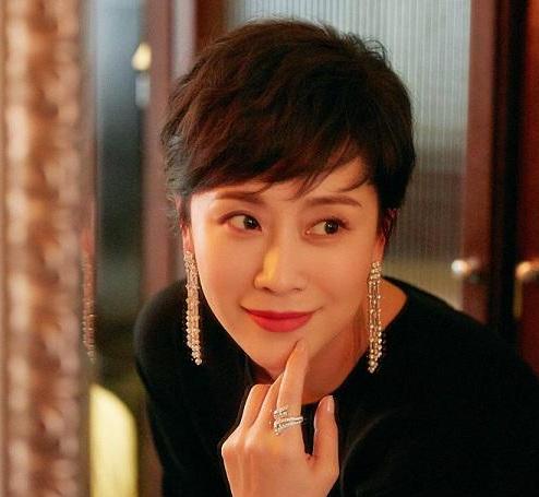 演员海清佩戴戴比尔斯珠宝出席盛典活动 呈现干练简约